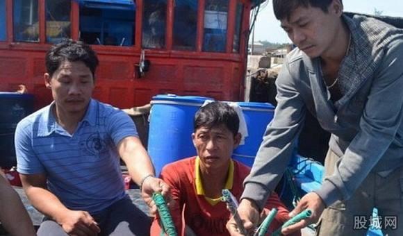 Ngư dân Việt Nam bị Trung Quốc cướp bóc tài sản và phá hỏng tàu