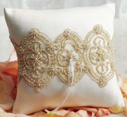 Decoração com almofadas bordadas com contas