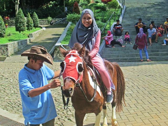 Menunggangi kuda di Selecta Malang