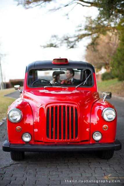 Taxi como alternativa al coche de novios - Foto: www.blog.theomilophotography.com