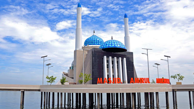 wisata-religi-makassar-masjid-terapung-amirul-mukminin-makassar