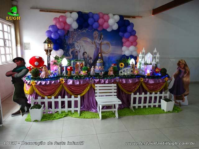 Decoração luxo da mesa do bolo de aniversário tema Os Enrolados forrada com tecido pano - Recreio - RJ