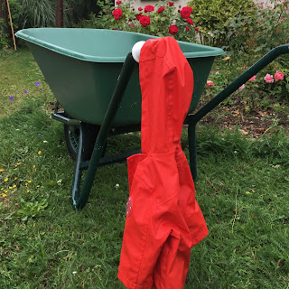 un manteau rouge abandonné sur une brouette écrit ton nom : liberté