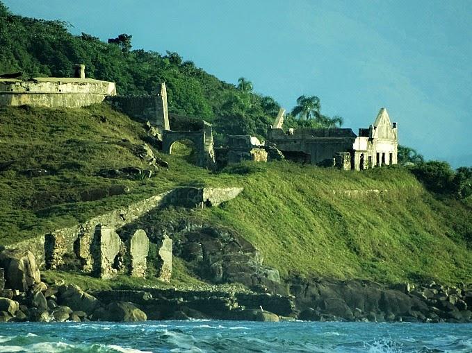 Fortaleza da Ilha de Araçatuba vista da Praia de Naufragados [no Extremo Sul de Florianópolis].
