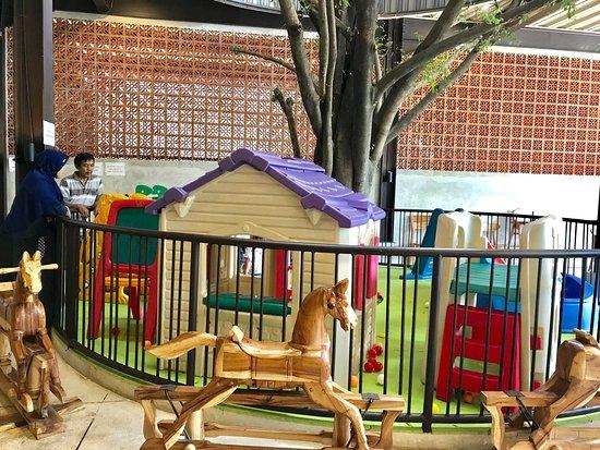 mini playground menikmati masakan sunda otentik di restoran kluwih bogor seblak ceker nurul sufitri mom lifestyle blogger kuliner
