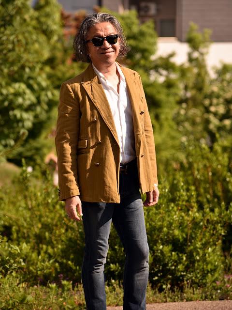 テーラードジャケット 白長袖シャツ ジーンズのスタイル