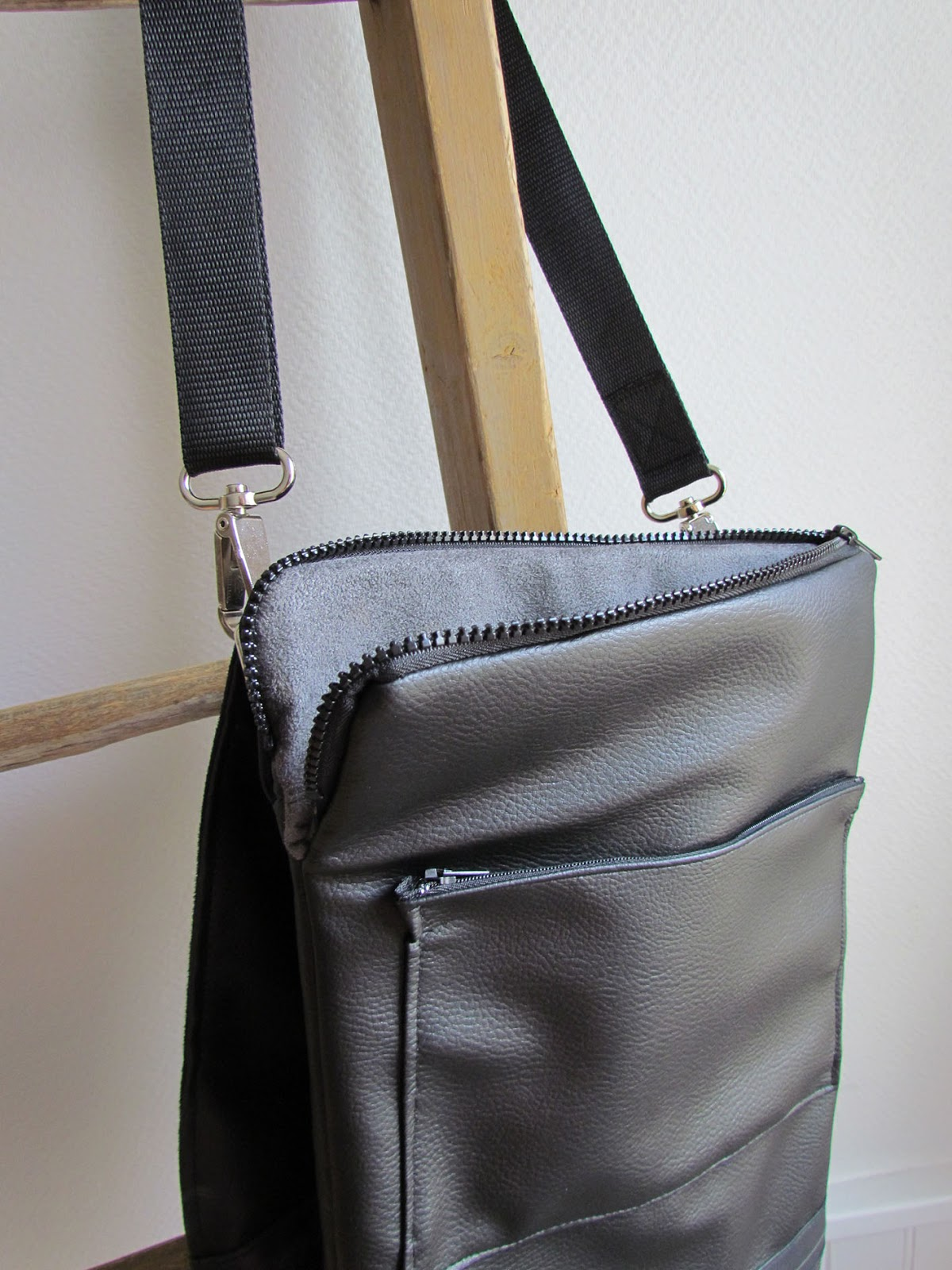 5c61eff741 ... le plus : une bandoulière amovible ( pour pouvoir l'utiliser simplement  comme une pochette de protection dans les transports ou voyages) et réglable