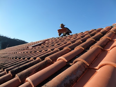 Colocando telhas no cume do telhado