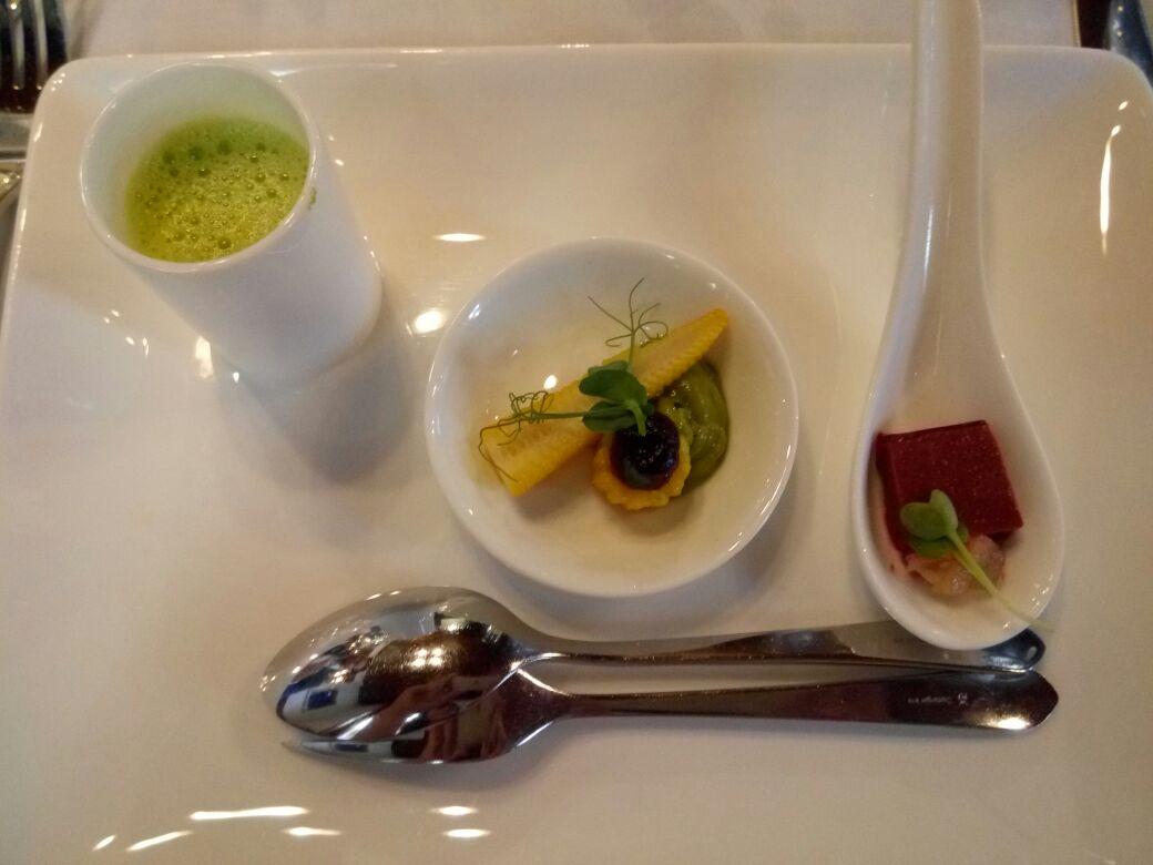 Vegetarische Vorspeise im Gasthof Krone: Erbsensuppe, Maiskölbchen und Rote-Beete