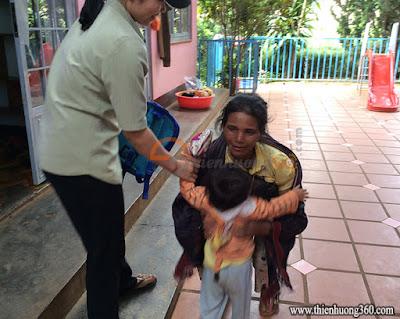 Tấm lòng nhân ái: Bà Ngoại đến đón cháu về nhà