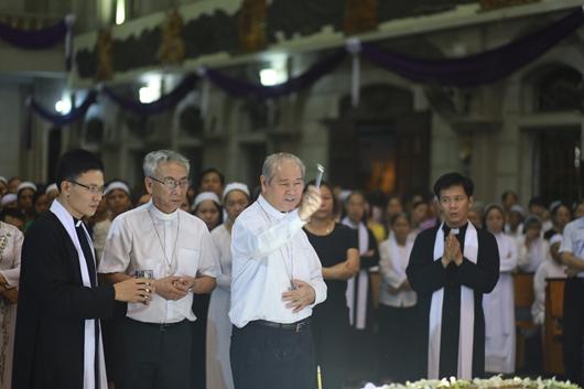 Ngày thứ Ba: Kính viếng và cầu nguyện cho Đức cha Phanxicô Xaviê Nguyễn Văn Sang - Ảnh minh hoạ 52