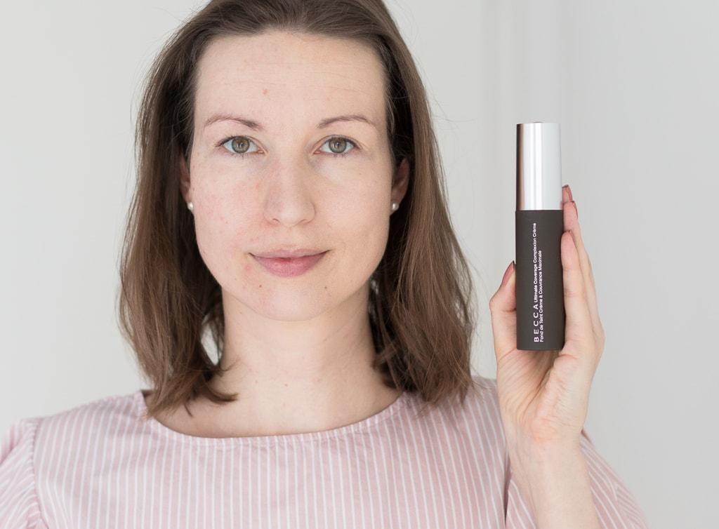Becca Ultimate Coverage Complexion Creme Foundation in Shell auf einer Gesichtshälfte aufgetragen