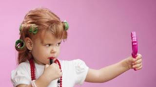 PENGGUNAAN MAKEUP  DAN PEMBERSIHNYA PADA ANAK 3 Cara Membersihkan Riasan Muka Pada Anak
