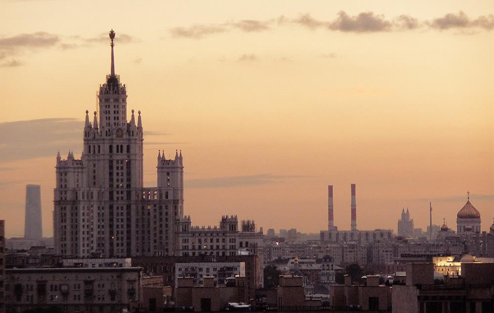 abendlicher Panoramablick mit Stalinhochhaus und Christ-Erlöser-Kirche