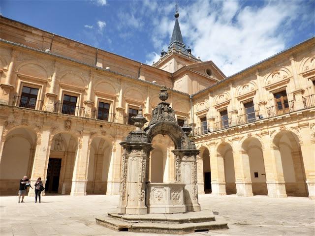 Monasterio de Uclés, patio y pozo