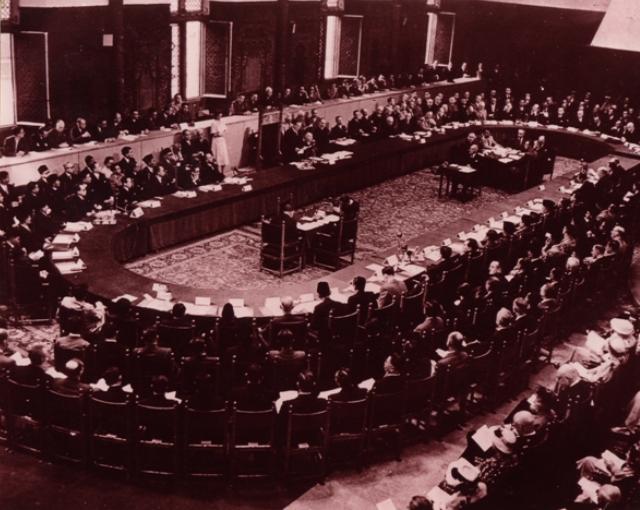 Sejarah: Isi Konferensi Meja Bundar (KMB), Tujuan, & Dampaknya
