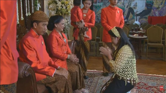 Tak cuma ke Jokowi, Kahiyang juga sungkem ke sang ibu, Iriana.