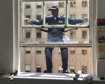 Le dangereux métier de laveur de vitres dans un gratte-ciel à New York