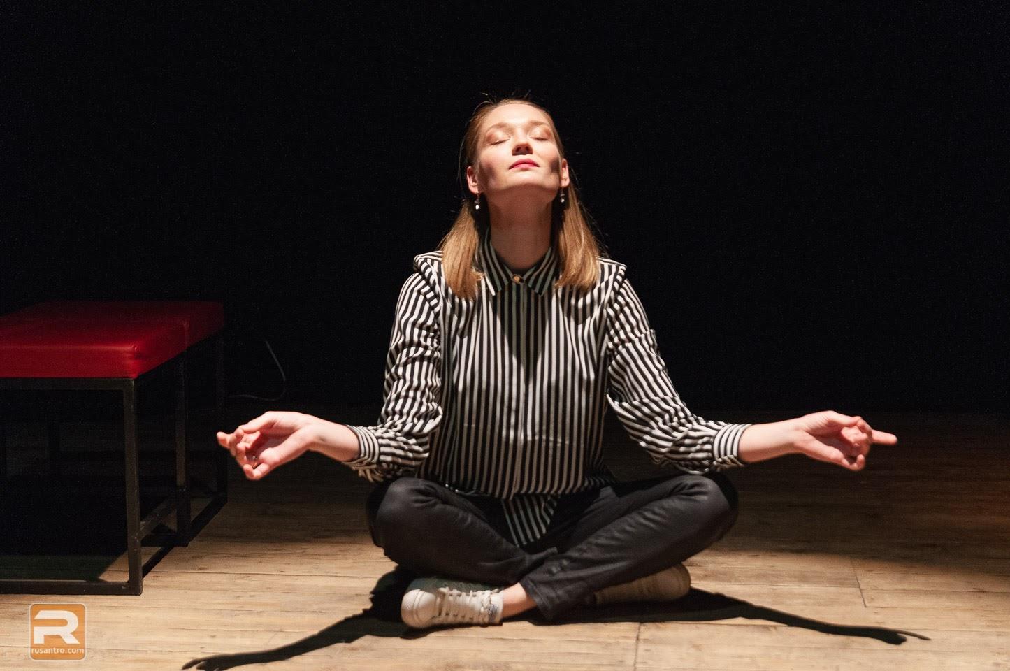 Sieviete meditē sakrustojot kājas