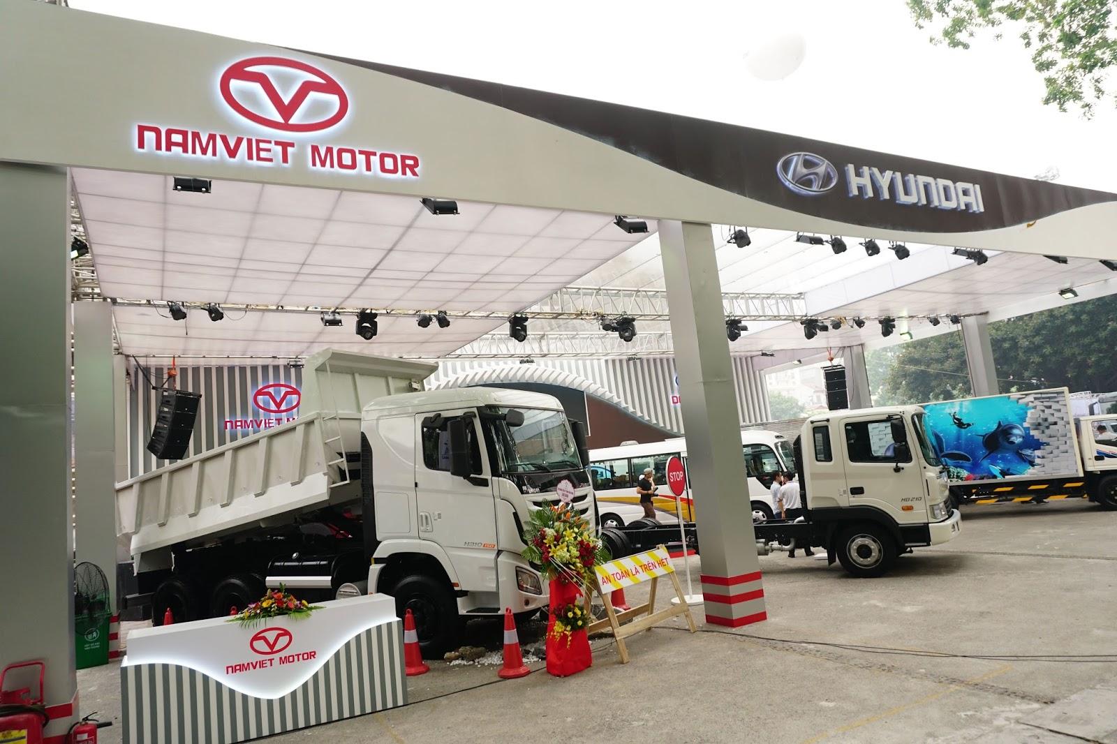 Gian hàng của Huyndai với các dòng xe tải cỡ trung