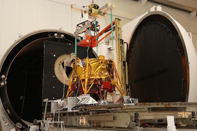החללית מוכנסת לתא ואקום. קרדיט: תעשייה אווירית