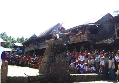 Tradisi Lompat Batu Suku Nias Sumatera