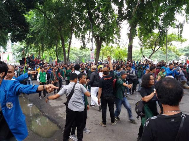 Massa mahasiswa yang demo di kantor DPRDSU.