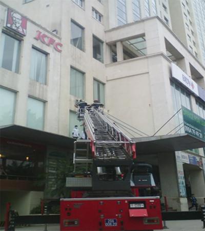 Thợ lau kính rơi từ tầng 7 xuống đất