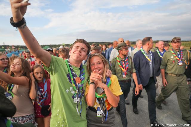 Para nastolatków robi selfie z prezydentem Andrzejem Dudą w tle