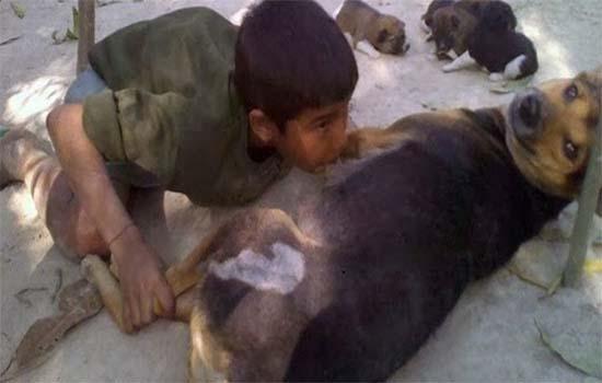 Budak Bangladesh Minum Susu Anjing