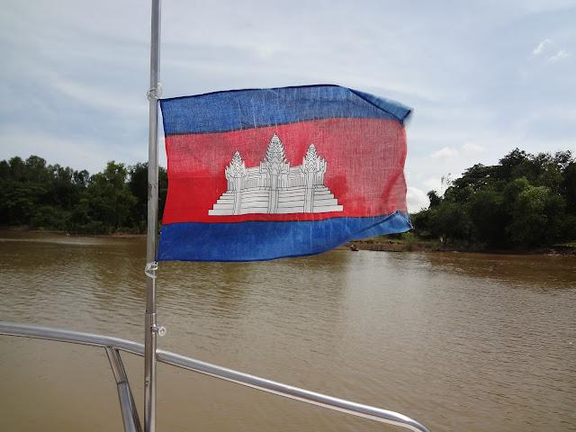 Bandera de Camboya en el rio Mekong