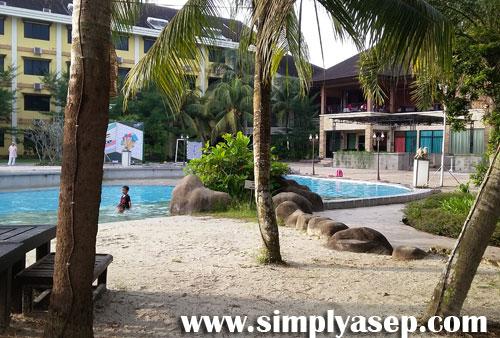 PANTAI : Siapa pun pasti akan betah duduk duduk di sekitar kolam renang dalam kawasan Hotel Randayan  yang dsiulap menyerupai Pantai Pasir Putih ini.  Foto Asep Haryono