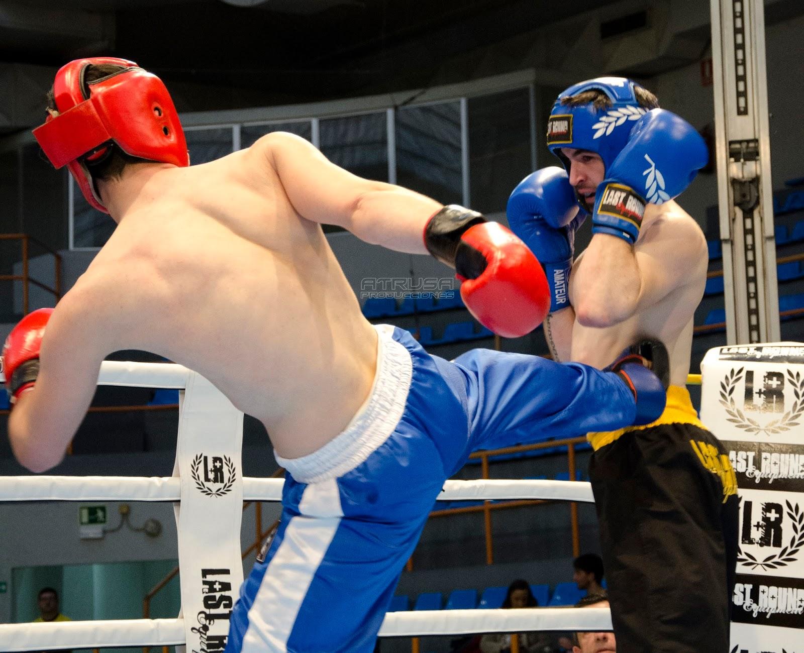 Luchador pegando patada
