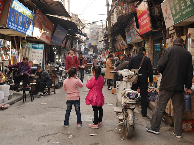 two girls on Qingfen Road (清芬路) in Wuhan