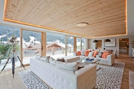 светлая гостиная с деревянным потолком