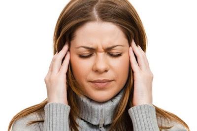 O femeie cu dureri de cap