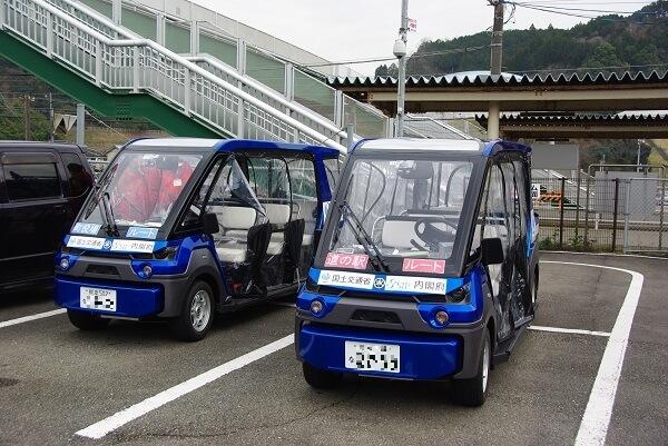 自動運転車、自動運転車の室内写真です佐敷駅に駐車している自動運転の写真です