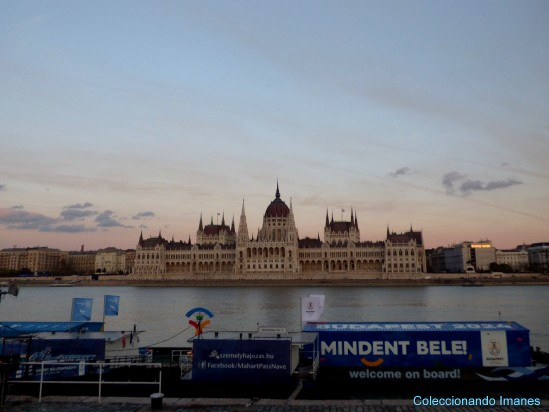 Parlamento de Budapest desde abajo