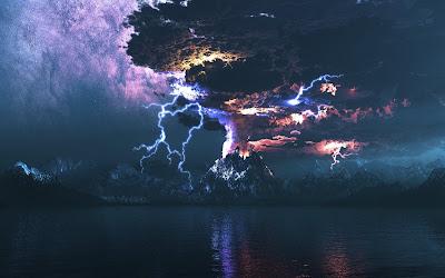 Tormenta con rayos sobre montañas y cielo morado