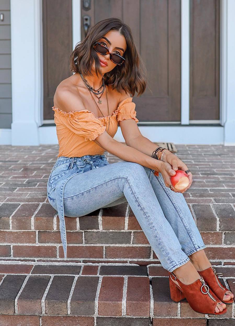 how to wear jeans : brown heels and orange top