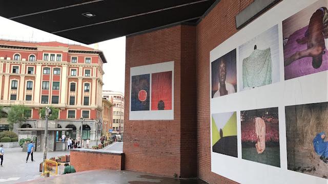 Fotografías de Baffest colocadas en el escenario de Herriko Plaza