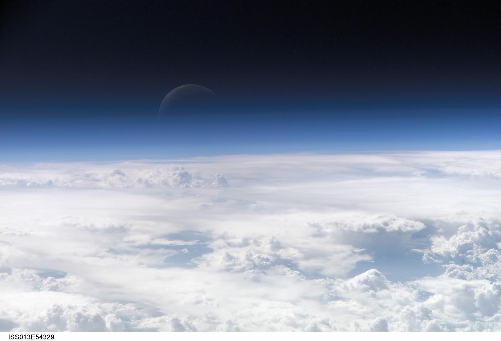 地球の大気の上層部と三日月