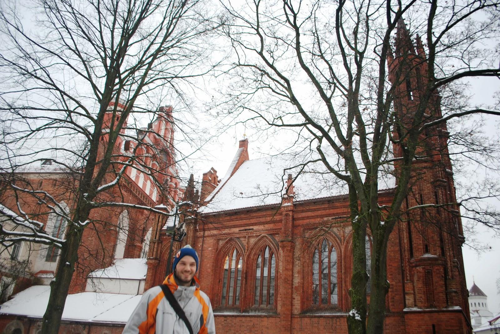 Церковь св. Анны и монастырь Бернардинцев (на заднем плане), Вильнюс.