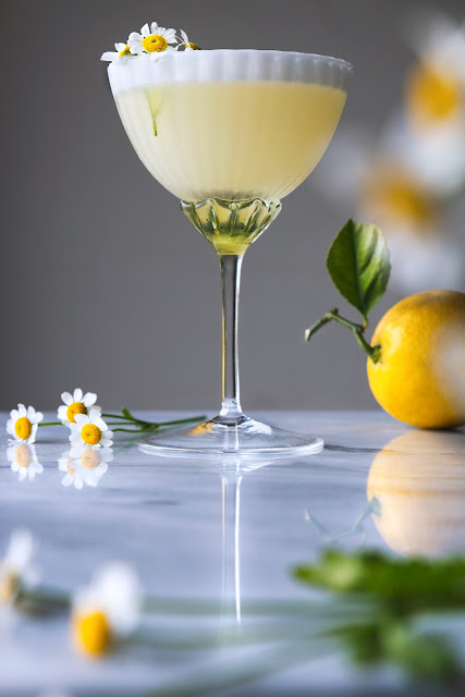 Lemon Chamomile Spring Cocktail Recipe | honestlyyum