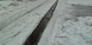 тает снег, бегут ручьи