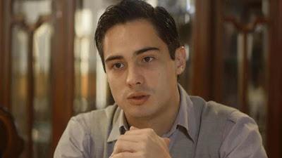 Carlos (Danilo Mesquita) bate boca com Alfredo (Nicolas Prattes)