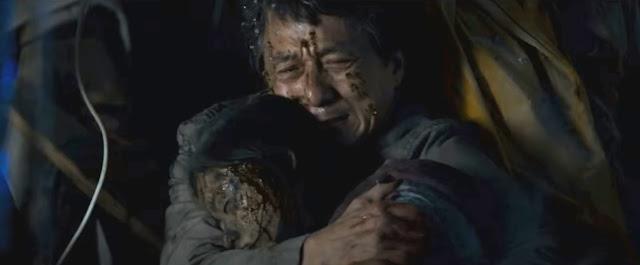 Quan memeluk anaknya Fan yang tewas terkena bom teroris