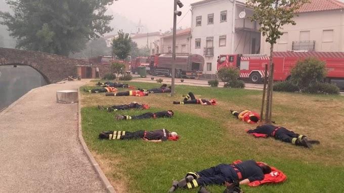 Bomberos caen rendidos en la hierba en Portugal