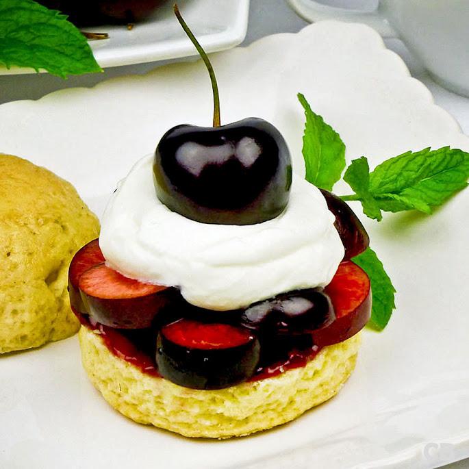 Scones met verse kersen en slagroom: voor een zomerse high tea!