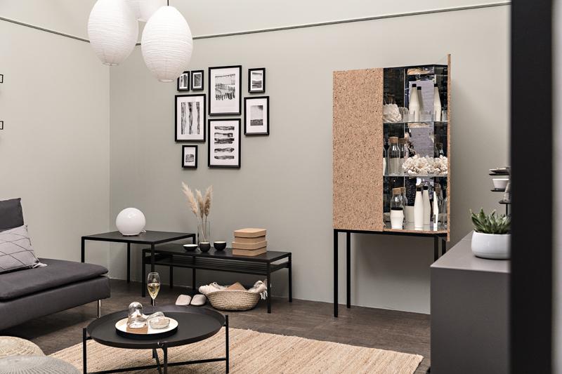 Ikea, elohuone, olohuone, Ikea Suomi, Visualaddict, sisustus sisustaminen, sisustusinspiraatio, valokuvaaja Frida Steiner, interior, inredning, interiorinspo, olohuoneen sisustus, pöytä, kaappi, vitriini, valaisin,